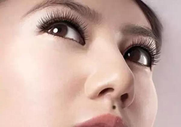 女人鼻子上的痣固)�_女人人中之间有痣在爱情方面比较花心,而且重视男女肉欲,如果另一半
