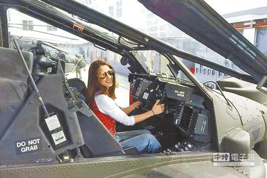 台军陆军航空特战批示部劳乃成中校带艺人李蒨蓉到修护厂房,观光AH-64E阿帕奇直升机。(台媒摘自李蒨蓉脸书)