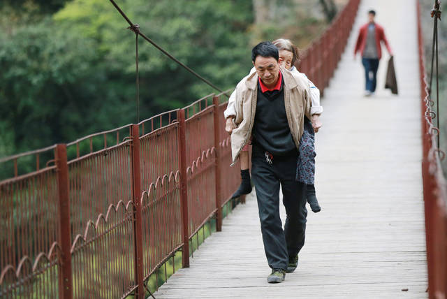1/7广西桂林44岁的一般农民戴训武,父亲从前过世,老婆18年前离家出奔。他千辛万苦哺育女儿,还尽心关照瘫痪的母亲12年。他深信,有妈在,就有家在。客岁9月,女儿考入龙胜中学,除膏火外,每个月600元摆布的生计费,让这个家绰绰有余。本年3月,他决然背着八旬老母蛰居打工。