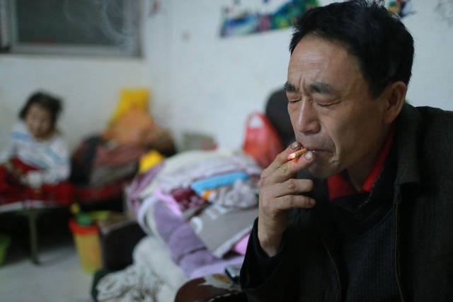 """2/7李江村的戴训武,本年44岁。他的人生,像小说同样波折:19年前,女儿刚出身9个月,老婆就""""走""""了;紧接着,年老的父亲放手离世;12年前,时价68岁的母亲,失慎跌倒,腰骨破坏,半身瘫痪。他本人身患宿疾,天天需药物保持,且不想再婚,""""惟恐另娶的妻子对母亲欠好。""""但他坚信,只有保持,日子未必会一每天好起来。"""