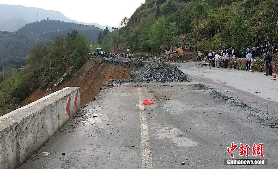 持续暴雨致江西萍乡境内一国道路段塌方(组图)
