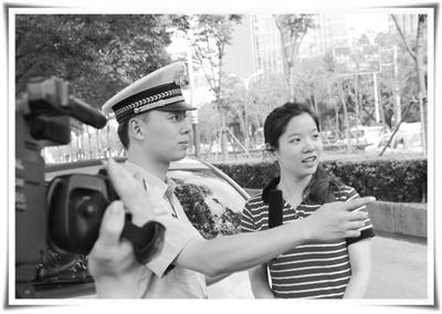 张维文希望通过组织各种形式的活动,增强市民们的安全意识。 本报记者 张 玫摄