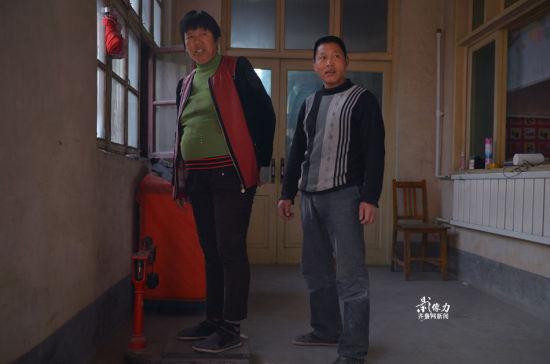 """""""现在基本上什么活都不干了,平时闲了就围着院子走一走"""",见到记者来看望,刘桂兰笑呵呵的站到自家的秤上称体重给记者看:150斤。"""