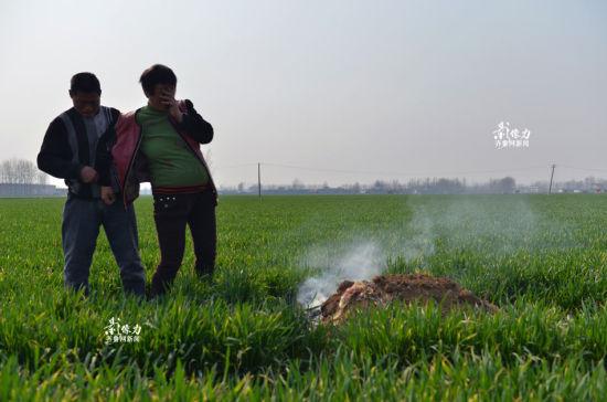 """刘桂兰的儿子死于一场车祸,""""儿子一直在江苏扬州工作、结婚,上班路上被一辆大货车挂倒"""",接到消息的两口子连夜从山东赶到江苏,却未及见上孩子的最后一面。"""