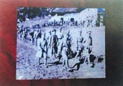 张发奎、薛岳、李汉魂三将领在抗日疆场行军的相片(翻拍)。