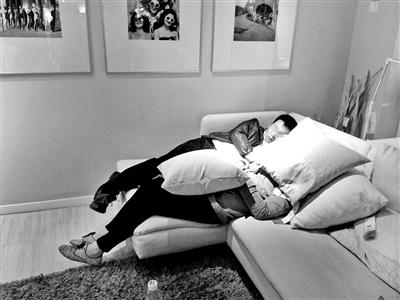 两位顾客正在宜家熟睡摄影/本报记者 高语阳