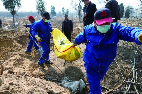 掏出的尸骨装袋入棺,作业人员会慎重地送至车上搬运