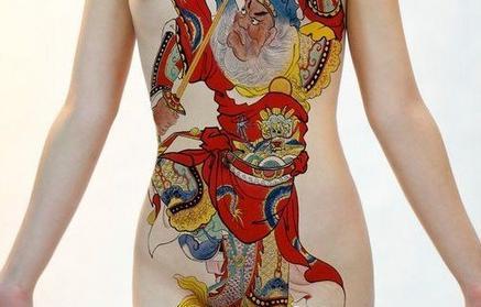 日本小学生人休艺术_揭秘:日本人体纹身女\