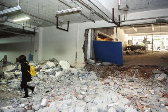 4月6日,长沙芙蓉区朝阳湖安顿社区地下泊车场西侧,一处墙面被买通,地上散落着很多碎石。 图/练习生杨杨记者杨旭
