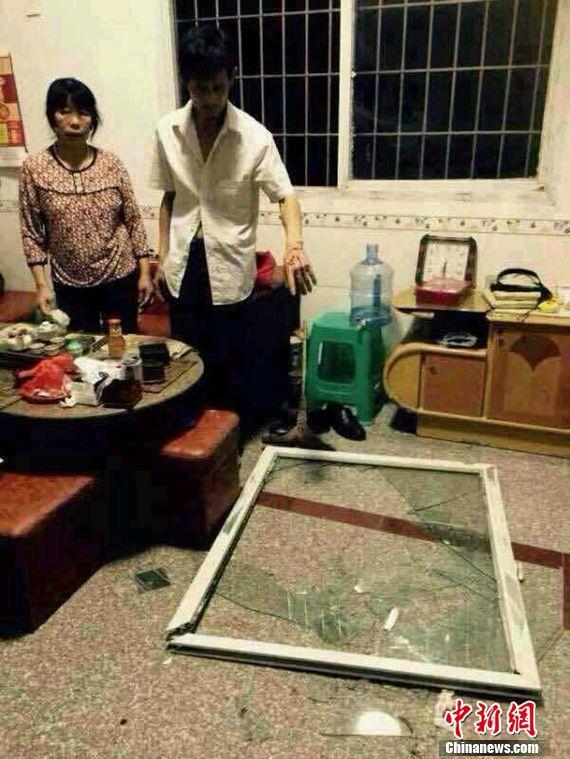 周边村民房屋门窗被震飞。