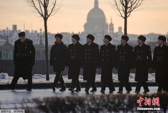 材料图:本地时刻2015年2月11日,俄罗斯圣彼得堡,俄罗斯战士为成功日游行排演,5月9日,本年5月9日是俄罗斯卫国和平成功70周年留念日。