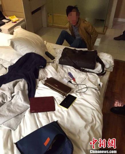 犯法怀疑人在旅店被警方捕获 黎长春 摄