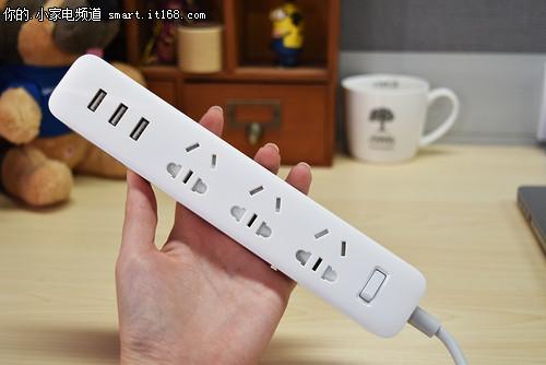 纯白的外观可以跟任意桌面风格搭配