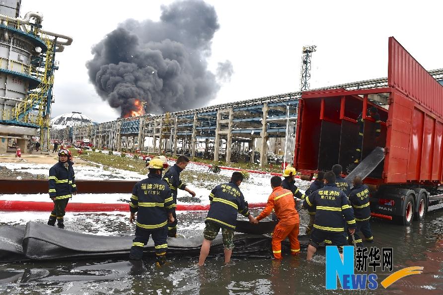 4月8日9时左右,消防官兵在事发现场组织救援。