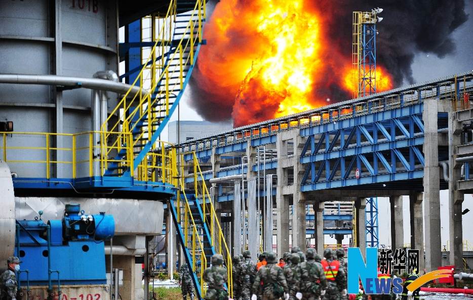 4月8日,救援和消防人员进入现场。