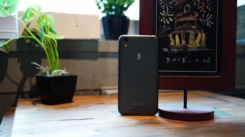 """或许正因为不争,让小辣椒成为""""国民手机""""的第一要义。虽然宣传不争,价格不争,但在外观上小辣椒的设计师们绝对会争到面红耳赤。很难想象399的价格依然配有一块5英寸的720P屏幕。"""