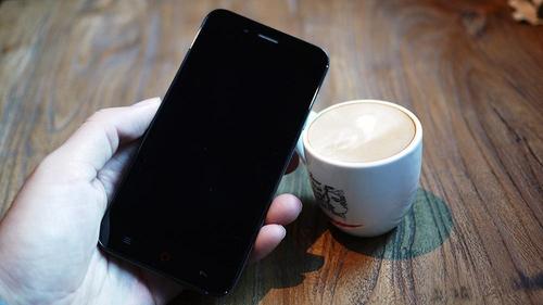 正面是一颗200W前置摄像头和听筒,手机边框采取圆角处理,更加提升持握感。