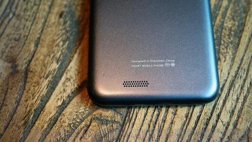手机下方设有外放扬声器,从这个图可以看出边框及后盖全部圆角过渡,加上聚碳酸酯材质的手感,真心棒棒的。