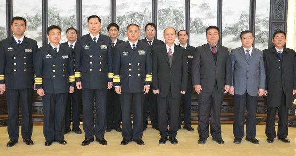 原文配图:3月6日下午,中国航海学会与海军签订《深化合作意向书》的签字仪式。 前排左三为胡中明少将。   中国航海学会 图