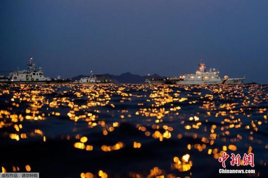 当地时间2014年4月24日,搜救人员在韩国全罗南道珍岛郡海域24小时不分昼夜的搜寻沉船事故失踪者。