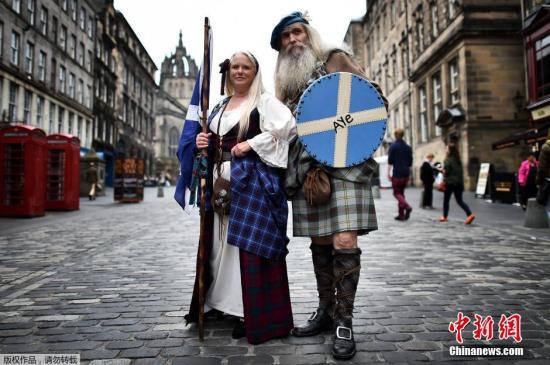 资料图:当地时间2014年9月18日,在苏格兰古老城镇的街头,同样穿着苏格兰中世纪传统服装的民众。