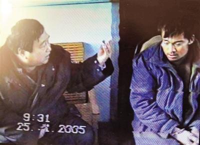 2005年1月25日,郑成月给王书金做思想工作。这组录像是王书金落网后最初的影像资料。 受访者供图