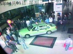 病院监控记载下租借车开进急救大厅,世人协力救白叟的局面 肖云供图
