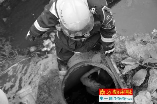 昨天,中山三州里,一位男子被�l�X困鄙人水井中。 通信�T供�D