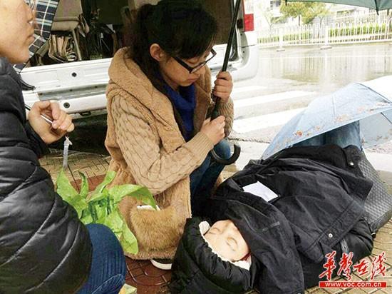 袁丹丹在暴雨中为昏迷女子撑伞守护。