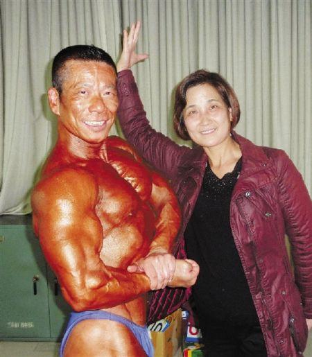 肌肉爷爷与老婆(图像来历:钱江晚报)