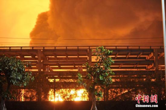 4月7日,明升漳州消防6日晚间发布消息称,古雷腾龙芳烃PX项目联合装置区发生爆炸,目前伤亡情况不明。这是该项目建厂以来在不到两年的时间里再次发生爆炸。图为爆炸现场火光冲天。中新社发 吕明 摄