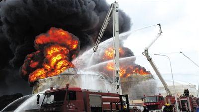 昨日,消防官兵在事发现场救援。此前,3个储油罐经历了数轮扑灭、复燃的情况。昨日上午,第4个储油罐爆燃着火。新华社发