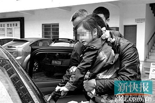 江西省九江市永修县委宣传部官微@九江永修发布称,昨日,在相关工作人员和家属的一路护送下,母女俩已回到九合乡青墅村的家里。