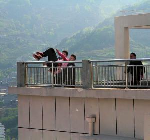 男子32层楼顶欲轻生 平利民警冲上前抱住她