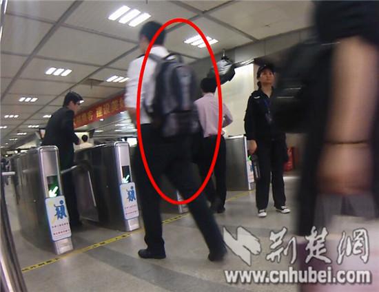 大背包被搭客间接背进站(视频截图)