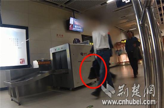 提包被搭客用衣物裹着间接带进站(视频截图)