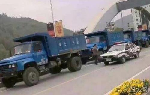 小伙婚礼用18辆卡车迎亲