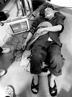 楚天都市报讯 图为:吴昱晕倒在手术室里