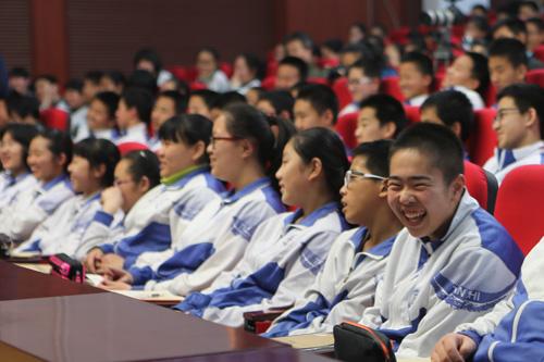 学生们在笑声中获得人生启迪