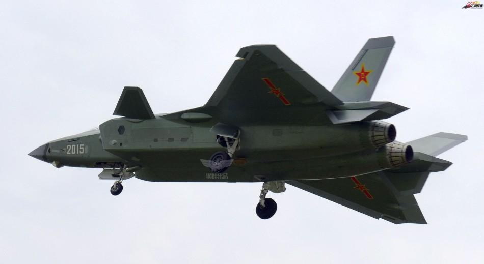 2015号歼-20挂着战袍迎风起舞