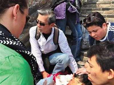 前日上午11时30分许,崔老太和家人游览慕田峪长城时,被人撞倒,后脑磕到墙角身亡。家属供图