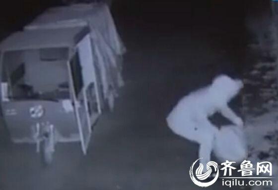 清晨2:01分,一个身着大棉袄头头戴帽子的男子在救济站门口四下观望,窥探四周的状况。半夜三鼓,气温很低,外面很冷,一名衣着长款棉衣的男子单身一人来到了菏泽站救济站门口,转游了一圈以后就分开了。