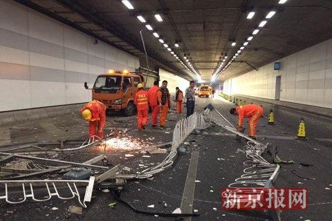 记者到现场时,车内无人,隧道护栏大片损毁,有工人正在清理现场。新京报记者 浦峰 摄