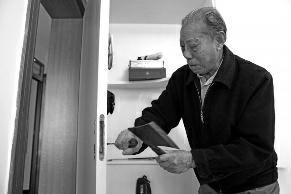 华商报讯(记者 杨德合)83岁的胡老先生住进新装修房子的第一晚就遇到了麻烦―老伴半夜起床去上厕所,两人却无论如何也打不开反锁的卧室门,无奈叫来开锁公司,才解了围。