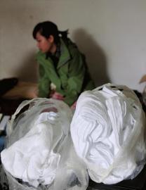 """25岁的小芒患""""出汗""""病后,家里买得至多的那是毛巾。"""