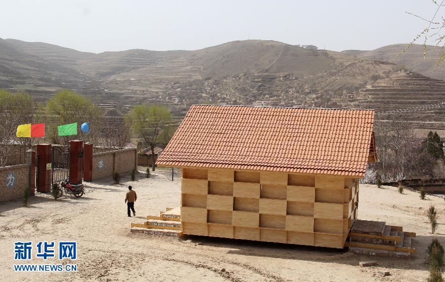 一座造型前卫的木结构幼儿园在甘肃省会宁县大