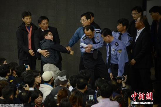 """当地时间2014年4月19日,韩国,""""岁月""""号乘客的家属在简报会上对警察表达自己的不满。载有476名乘客的韩国""""岁月""""号客轮16日在韩国全罗南道珍岛郡屏风岛以北海域发生意外进水事故并最终沉没。目前遇难人员已达49人,此外,仍有250余人下落不明。失踪人员中包括4名中国公民。 视频:韩国沉船事故最后庭审 检方建议判处船长死刑来源:江西卫视"""