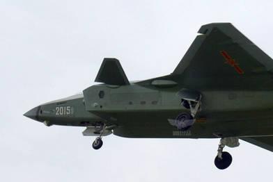 原文配图:2015号歼-20挂着战袍迎风起舞。