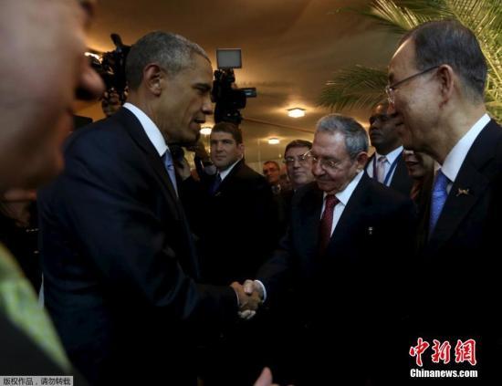 据外媒报道,当地时间10日,美洲峰会在巴拿马正式开幕,美国总统奥巴马与古巴总统劳尔・卡斯特罗互致问候并握手,标志着美古外交关系解冻的新里程碑。