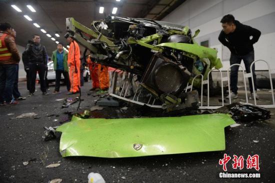 2015年4月12日音讯,北京。昨夜9点多,在大屯路地道北沙岸段,一辆兰博基尼和一辆法拉利发作交通事变,此中一位司机受重伤。谭青 摄 CFP视觉国家